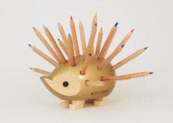 ježek malý dřevěný s pastelkami zlatý